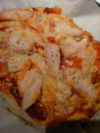 トマト&チキンのピザ